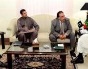 پشاور: وزیر اعلیٰ خیبر پختونخواہ پرویز خٹک شوکت خانم کے وفد سے شہر میں ..