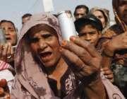 کراچی: ایک عورت پولیس کی طرف سے سرچ آپریشن کے دوران فائرکئے گئے آنسوگیس ..