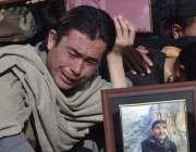 کوئٹہ: سانحہ مستونگ میں جاں بحق ہونیوالے کا رشتہ دار تدفین کے موقع پر ..