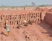 فیصل آباد:مزدور اینٹوں کے بھٹہ پر کام کرتے ہوئے اینٹوں کے رنگ میں رنگے ..