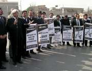 راولپنڈی: کچہری چوک میں وکلاء پرویز مشرف کیخلاف احتجاجی مظاہرہ کر رہے ..