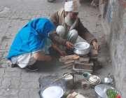 لاہور: گیس کی لوڈ شیڈنگ کے باعث ایک فیملی گھر کے باہر گلی میں لکڑیاں ..