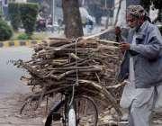 لاہور: گیس کی لوڈشیڈنگ کے باعث ایک شخص گھر کا چولہا جلانے کیلئے لکڑیاں ..