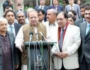 لاہور:وزیر اعظم نواز شریف سینئر صحافیوں سے ملاقات کے بعد میڈیا سے گفتگوکر ..