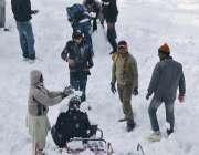 ملکہ کوہسار مری میں ہونیوالی برفباری سے لوگ لطف اندوز ہورہے ہیں۔