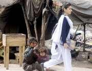 راولپنڈی: مستقبل سے بے خبر خانہ بدوش بچیاں اپنی جھگی کے باہر بیٹھی کھیل ..