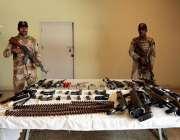 کراچی: رینجرز کی طرف سے دوران آپریشن برآمد کئے جانے والا اسلحہ میڈیا ..