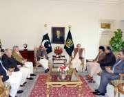 اسلام آباد: وزیر اعظم نواز شریف حکومتی مذاکراتی کمیٹی کے اراکین سے ..