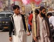 """راولپنڈی: دومحنت کش بچوں کی پسندیدہ چیز """"لچھے"""" فروخت کر رہے ہیں۔"""