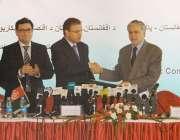 کابل: وفاقی وزیر خزانہ اسحاق ڈار اپنے افغان ہم منصب کیساتھ دستاویزات ..