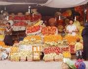 راولپنڈی: ایک پھل فروش نے گاہکوں کو متوجہ کرنے کیلئے اپنی دوکان پر پھل ..
