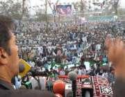 سکھر ، پاکستان تحریک انصاف کے چئیرمین عمران خان جلسہ عام سے خطاب کر ..