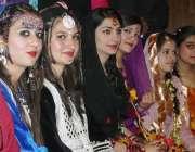 راولپنڈی: طالبات ثقافتی لباس پہنے فیشن شو میں شریک ہیں۔