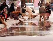 راولپنڈی: بارش کے بعد ٹی ایم اے کے ورکرز لیاقت باغ روڈ سے پانی صاف کر ..