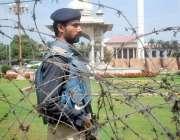 لاہور: پنجاب اسمبلی کے اجلاس کے موقع پر پولیس اہلکار کسی بھی ناخوشگوار ..