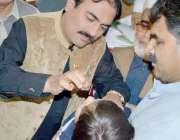 کوئٹہ ، صوبائی وزیر صحت رحمت صالح بلوچ کوئٹہ پریس کلب میں ایک بچے کو ..