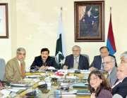اسلام آباد، وزیر خزانہ سینیٹر اسحاق ڈار اعلی سطحی اجلاس کی صدارت کر ..