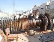 کوئٹہ: تھرمل پاور اسٹیشن شیخ ماندہ میں ایک خراب مشین کی مرمت کی جا رہی ..