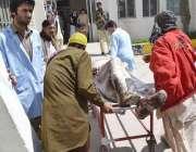 کوئٹہ: سریاب تھانے کے سامنے بم دھماکے میں زخمی ہونیوالے افراد کو ہسپتال ..