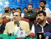 پشاور ، پاکستان تحریک انصاف کے صوبائی صدر اعظم سواتی پریس کانفرنس سے ..