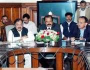 لاہور: آل پاکستان کلرک ایسوسی ایشن کے اراکین سول سیکرٹریٹ کے باہر اپنے ..