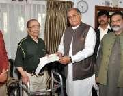 کراچی ، وفاقی وزیر ریاض حسین پیرزادہ لیجنڈ کرکٹر محمد حنیف کو ان کی ..