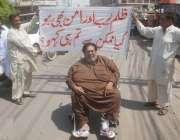 لاہور: مشہور کامیڈین اداکار محمود خان پریس کلب کے باہر بیماری کی حالت ..