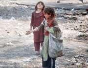 لاہور: افغان خانہ بدوش بچیاں کوڑے کرکٹ سے اپنا رزق تلاش کر رہی ہیں۔