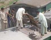 لاہور، گرمی کا موسم شروع ہوتے ہی ریلوے ملازمین ٹرین کا اے سی مرمت کر ..