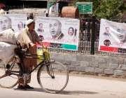 راولپنڈی، ملکی حالات و واقعات سے بے خبر ایک محنت کش مری روڈ سے گزرتے ..