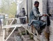 کوئٹہ ، مزدود عدالت روڈ پر دیواروں پر بنی وال چاکنگ مٹا رہے ہیں۔
