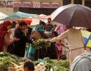 راولپنڈی ، بارش کے باوجود شہری اتوار بازار سبزی منڈی میں خریدار مصروف ..