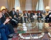 لاہور: گورنر پنجاب چوہدری سرور سے ینگ لائرز فورم کے صدر حسین جاوید ملک ..