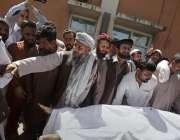 اسلام آباد: فروٹ منڈی میں دھماکہ میں جاں بحق ہونیوالے کے رشتہ دار میت ..