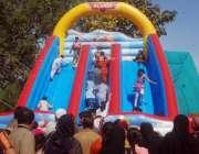 لاہور، چھٹی کے روز بچے مقامی پارک میں جھولوں سے لطف اندوز ہو رہے ہیں۔