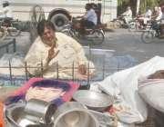 لاہور ، سٹیج کے سینئر اداکار محمود خان مالک مکان کی جانب سے گھر کو تالا ..