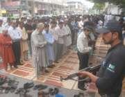 لاہور: نماز جمعہ کی ادائیگی کے موقع پر پولیس اہلکار الرٹ کھڑا ہے۔