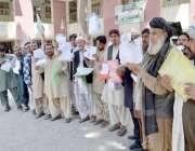 کوئٹہ: بلاک شناختی کارڈ اوپن کرنے کیلئے دور دور سے آئے ہوئے شہری اپنے ..