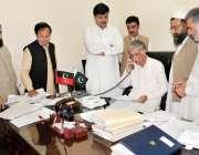 پشاور، وزیراعلی خیبرپختونخوا پرویز خٹک سی ایم سیکرٹریٹ میں شہریوں ..
