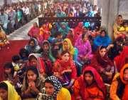 لاہور ، ڈان باسکو چرچ میں ایسٹر کے موقع پر مسیحی خواتین عبادت میں ..