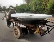 لاہور: ایک ریڑھی والا ڈش انٹینا لے کے جا رہا ہے۔