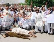 پشاور: آل درجہ چہارم کے ملازمین سڑک پر لیٹ کر احتجاجی مظاہرہ کررہے ہیں۔
