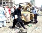 کراچی ، گذری میں بم دھماکے کے بعد شہری جائے وقوعہ پر جمع ہیں۔