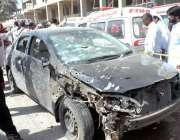 کراچی، گذری میں بم دھماکے سے تباہ ہونے والی ایک گاڑی۔