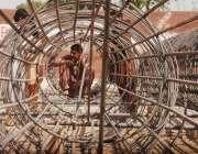 راولپنڈی، مزدور راولپنڈی اسلام آباد میٹرو بس سروس کیلئے جنگلے بنا ..