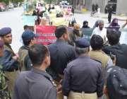کوئٹہ، زاہد بلوچ بازیابی کمیٹی کے زیر اہتمام جلوس کو پولیس اہلکار گورنر ..