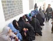 کوئٹہ، بلیلی چیک پوسٹ کے قریب نادرا آفس کے سامنے افغان مہاجر خواتین ..