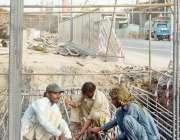 لاہور ، یادگار فلائی اوور منصوبے پر مزدور کام میں مصروف ہیں۔