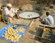 حویلی لکھا، کسان اور اس کا بیٹا روایتی طریقے سے کماد کی فصل سے تازہ ..
