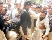 لاہور، آل پاکستان کلرک ایسوسی ایشن کے مظاہرے کے موقع پر پولیس اہلکار ..